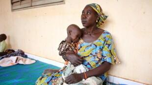 A l'unité de nutrition intensive pour enfants malnourris de Ségou au Mali, la petite Lala ne pèse que 5,6 kg à l'âge de 17 mois.