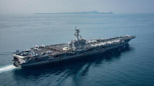 O porta-aviões a propulsão nuclear americano, Carl Vinson, ao largo da Indonésia em 15 de abril de 2017.