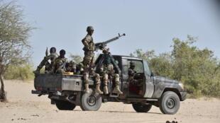 Des soldats nigériens patrouillent aux alentours de Bosso, dans la région de Diffa, le 25 mai 2015.
