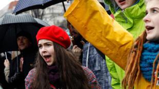 Le principal syndicat enseignant hongrois, appelle à une manifestation ce 23/02/ dans la capitale. Le 15 mars 2016 (Photo) enseignants, parents et élèves étaient dans la rue à Budapest pour manifester contre le système scolaire jugé trop bureaucratique.