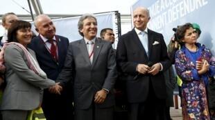 Ministro do Meio Ambiente do Peru, Manuel Pulgar Vidal (centro), ao lado do chanceler francês, Laurent Fabius (d.), e da secretária-executiva da ONU para as Mudanças Climáticas, Christiana Figueres.