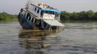 Un pétrolier a sombré après un accident avec un autre bateau, le 9 décembre, dans la région des Sundarbans, sur la rivière Shela.
