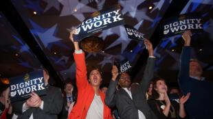 Eleitores democratas de Ohio celebram vitória do senador Sherrod Brown.