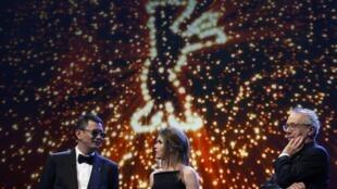O cineasta chinês Wong Kar Wai (à esquerda), presidente do júri da Berlinale, durante a abertura do festival nesta quinta-feira.