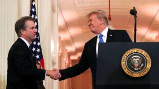 Thẩm phán Brett Kavanaugh (T), người vừa được Donald Trump bổ nhiệm vào Tối Cao Pháp Viện.