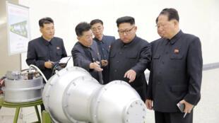 Lãnh đạo Bắc Triều Tiên Kim Jong Un đang chỉ đạo các quan chức cấp cao về chương trình vũ khí hạt nhân. Ảnh do KCNA công bố ngày 03/09/2017.