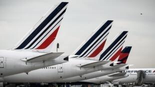 En France, une proposition de l'opposition visait à interdire les vols nationaux si ces trajets peuvent être effectuer en train.