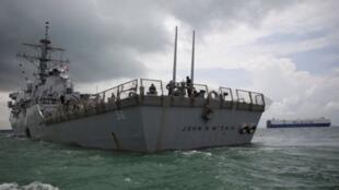 """美國軍驅逐艦""""麥凱恩""""(John S. McCain)號駛向新加坡樟宜海軍基地。"""