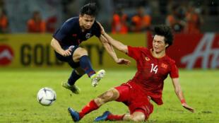 Tuấn Anh (áo đỏ) tranh bóng với cầu thủ Thái Lan trong trận ra quân vòng loại World Cup 2022 ngày 5/09/2019 trên sân Thammasat, Thái Lan.