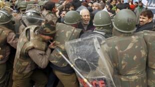 Jami'an tsaron kasar India na kokarin kwantar da hankalin masu zanga-zanga a yankin Kashmir.