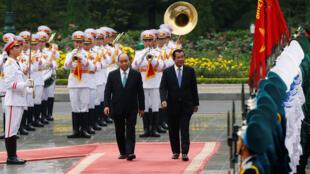 Thủ tướng Cam Bốt, Hun Sen và đồng nhiệm Việt Nam, Nguyễn Xuân Phúc, tại Hà Nội ngày 07/12/2018.