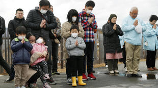 Người dân cầu nguyện cho nạn nhân động đất, sóng thần 11/03/2011 vào lúc xảy ra thảm họa:  2:46 chiều, giờ địa phương  (05:46 GMT). Ảnh tại Iwaki, Fukushima, 11/03/2019.