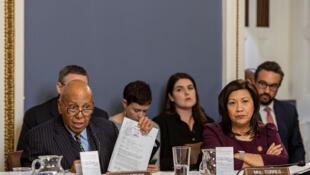 Le représentant Alcee Hastings (D-FL) brandit les articles de l'impeachment lors d'une audience due Comité judiciaire de la Chambre sur la mise en accusation contre le président américain Donald Trump, à Washington, États-Unis, le 17 décembre 2019.