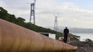 បុរសរុស្ស៊ីដើរពិនិត្យមើលបំពង់បង្ហូរឧស្ម័នរបស់ក្រុមហ៊ុនរុស្ស៊ី Gazprom