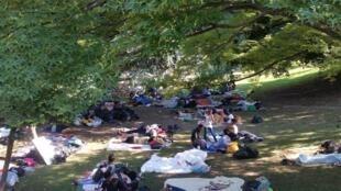 Des centaines de refugiés dorment dans un parc devant la gare de Côme