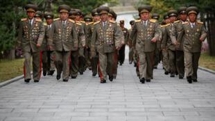 Oficiais militares norte-coreanos visitaram nesta sexta-feira (14) o local de nascimento de seu primeiro líder, Kim Il-sung, avô de Kim Jong-Un.