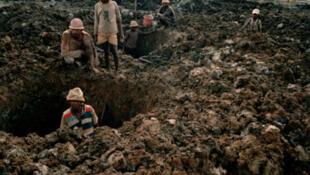 Crianças trabalhando em um mina em Madagascar.