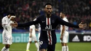 Neymar em campo para o Paris Saint-Germain.
