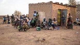 Des femmes et des enfants, déplacés internes, le 2 février 2020 à Kaya, au Burkina Faso.