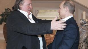 Com ares de velhos amigos, Depardieu abraça Putin em agradecimento à concessão da nacionalidade russa.