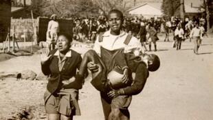Hector Pieterson pendant les émeutes de Soweto en juin 1976.