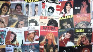 Hình bìa đĩa nhạc nhân cuộc triển lãm về Dalida năm 2007 tại Paris