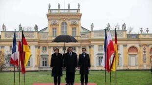 """Участники саммита """"Веймарского треугольника"""" на фоне Вилянувского дворца, который называют """"малым Версалем""""."""
