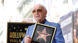 Le chanteur Charles Aznavour pose avec son Etoile, le 24 août 2017 à Los Angeles.