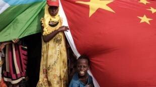 Ảnh minh họa : Hiện diện của Trung Quốc tại Châu Phi. Ảnh nhân lễ khánh thành một công trình tại Djibouti, ngày/04/07/ 2018. Bắc Kinh nắm 60% nợ nước ngoài của Djibouti.