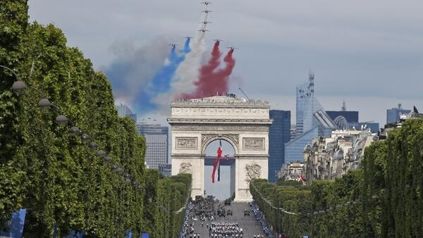 Oito aeronaves Alphajet emanaram fumaça com as cores da bandeira da França: azul, branco e vermelho, durante o desfile do 14 de Julho.