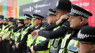 Policías londinenses observan un minuto de silencio por las víctimas de los ataques de Londres, este 6 de junio de 2017.