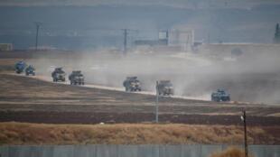 Des véhicules militaires turcs et russes reviennent après une patrouille conjointe dans le nord-est de la Syrie, près de la ville frontalière turque de Kiziltepe dans la province de Mardin, en Turquie, le 1er novembre 2019.