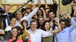 Jean-Luc Mélenchon (en blanc, au centre) accompagné des autres députés nouvellement élus de la France insoumise dont François Ruffin et Alexis Corbière.