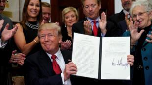 Donald Trump lors de la signature du décret visant à contourner l'Obamacare le 12 octobre 2017.