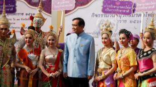 Thủ tướng Thái Lan Prayuth Chan-Ocha chụp ảnh kỷ niệm với các vũ công khi đến dự họp nội các, sau cuộc bầu cử. Ảnh chụp ngày 26/03/2019.