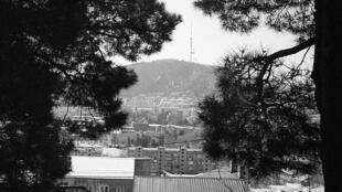 Sur les hauteurs de Tbilissi, capitale géorgienne de plus d'un million d'habitants. Au loin, un des vieux emblèmes de la ville, la tour de la télévision sur le Mont Mtatsminda.