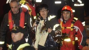 A young Korean is rescused from the Costa Concordia on Saturday night