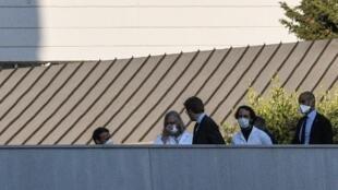 法國總統馬克龍4月9日出人意料前往馬賽與主張氯喹治療新冠病毒的拉烏爾特醫生會面。