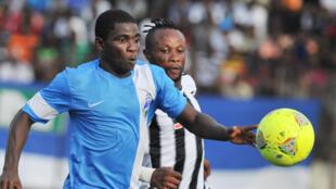 Le Congolais Jean Kasusula (à droite) du Tout Puissant Mazembe devancé par l'Ivoirien Roger Assale de Sewe San Pedro.