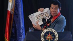 ប្រធានាធិបតីហ្វីលីពីន  Rodrigo Duterte បង្ហាញរូបថតជនពាក់ព័ន្ធនឹងគ្រឿងញៀន ទៅកាន់សាធារណជន នៅថ្ងៃទី ២ កុម្ភៈ២០១៧