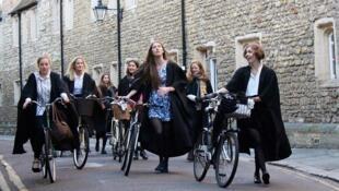 Alunas da universidade de Cambridge, no Reino Unido, já encontram no campus informações para se defender do assédio sexual.