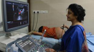 Bác sĩ Nayna Patel theo dõi hình ảnh siêu âm của một người mẹ mang thai hộ tại bệnh viện Kaival ở Anand, Ấn Độ, 29/10/2015.