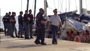 Cảnh sát Ý giữ tầu Alex của tổ chức phi chính phủ Mediterranea sau khi cập cảng Lampedusa, ngày 06/07/2019.