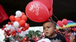 Garoto segura balão no protesto da Avenida Paulista.