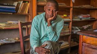 Jean Mangredo, journaliste de 36 ans a perdu 11 membres de sa famille en 1 mois. A la douleur de la perte s'ajoute la stigmatisation qui le frappe désormais.