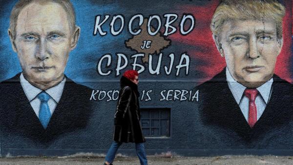 """Mural de Donald Trump y Vladimir Putin en Belgrado, Serbia. 4 de diciembre de 2016. El texto dice: """"Kosovo es Serbia""""."""