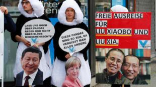 柏林动物园前要求释放刘晓波的抗议人士。2017年7月5日