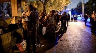 Migrantes foram retirados de dois acampamentos no norte de Paris e levados para locais de acolhimento provisório na manhã desta quinta-feira (7).