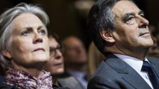 Франсуа Фийон с супругой Пенелопой на предвыборном митинге в Париже 25 ноября 2016.