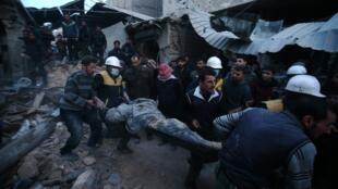 Membros da organização civil Capacetes Brancos em ação na Síria